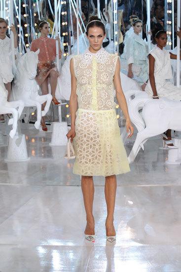 Colección Nougat de Louis Vuitton, bordado inglés y transparencias caprichosas. Primavera/Verano 2012
