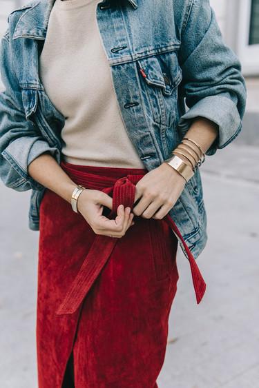 Sigue la tradición de la última noche del año con esta falda de ante de color rojo, la suerte y el estilo atraerás