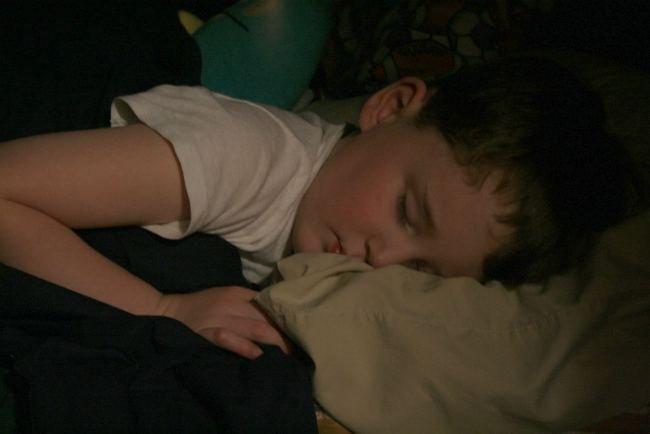 niño durmiendo a oscuras