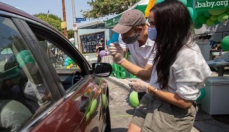 Meghan Markle y el Príncipe Harry, voluntarios para ayudar a distribuir material escolar donado en Los Angeles