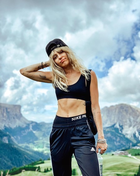 Seis posturas avanzadas de yoga que podemos practicar con Miley Cyrus en Instagram