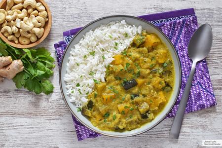 Curry de plátano, calabaza y berenjena con leche de coco: receta vegana para aprovechar la fruta más allá del dulce