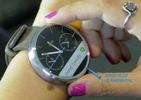 Motorola sí ha integrado un sensor de luz ambiental en su Moto 360