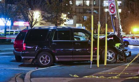 Un Lincoln Navigator destroza 16 coches antes de chocar contra un poste