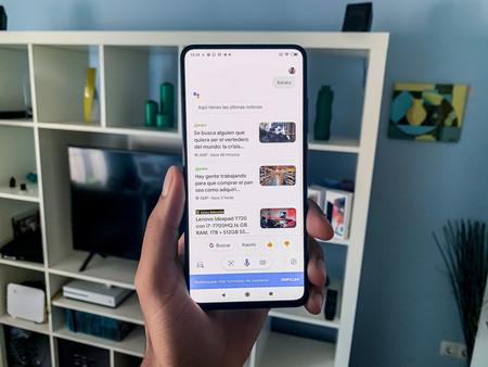 Más compacta, minimalista y sin burbujas de chat: así es la nueva interfaz que está probando Google en su Asistente