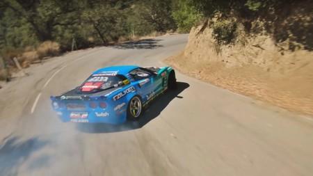 Esto no es un videojuego, es un Corvette de 1.075 CV haciendo drifting por carretera grabado con un dron