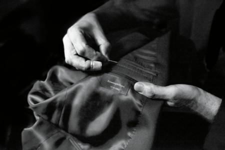 ¿Compraste nuevo blazer? Bien, esto es lo que debes saber sobre las etiquetas y sus costuras