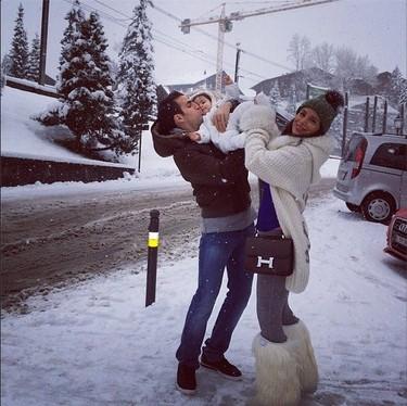Pero qué bonita estampa familiar de los Fábregas bajo la nieve