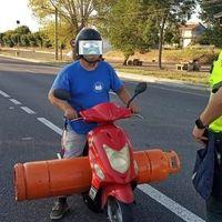 Demasiado gas: 800 euros y 4 puntos de multa a un motorista bebido que cargaba una bombona de butano de 35 kg