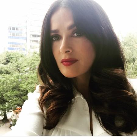 Salma Hayek sigue el ejemplo de la reina Letizia y nos sorprende (gratamente) en Instagram