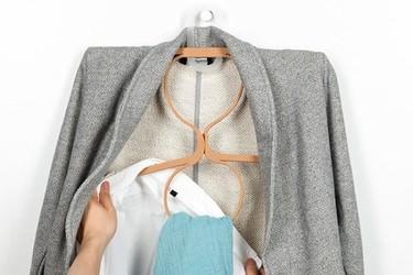 Perchas 'inteligentes' para que tu ropa ocupe menos espacio en el armario