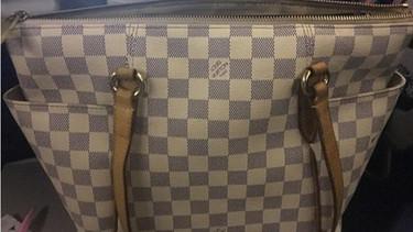 Su bebé vomita en el bolso de 1.000 euros de una señora y les exige que le compren uno nuevo