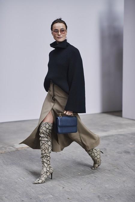 Las botas con animal print siguen de moda en el streetstyle (y eso siempre son buenas noticias para nuestros looks de otoño)