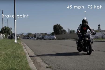 ¿Qué frena antes, una moto o un coche? Este sencillo vídeo responde tus dudas