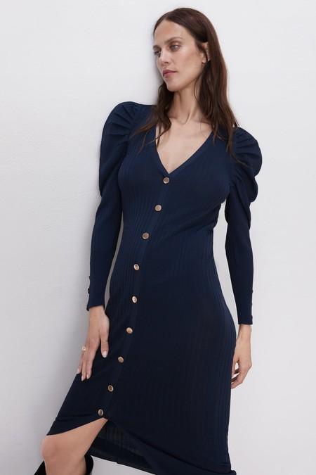 Cómo Combinar Un Vestido Azul Marino El Nuevo Negro De