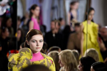 Nos espera un invierno a todo color muy femenino y surrealista, si lo dice Delpozo tiene que ser verdad