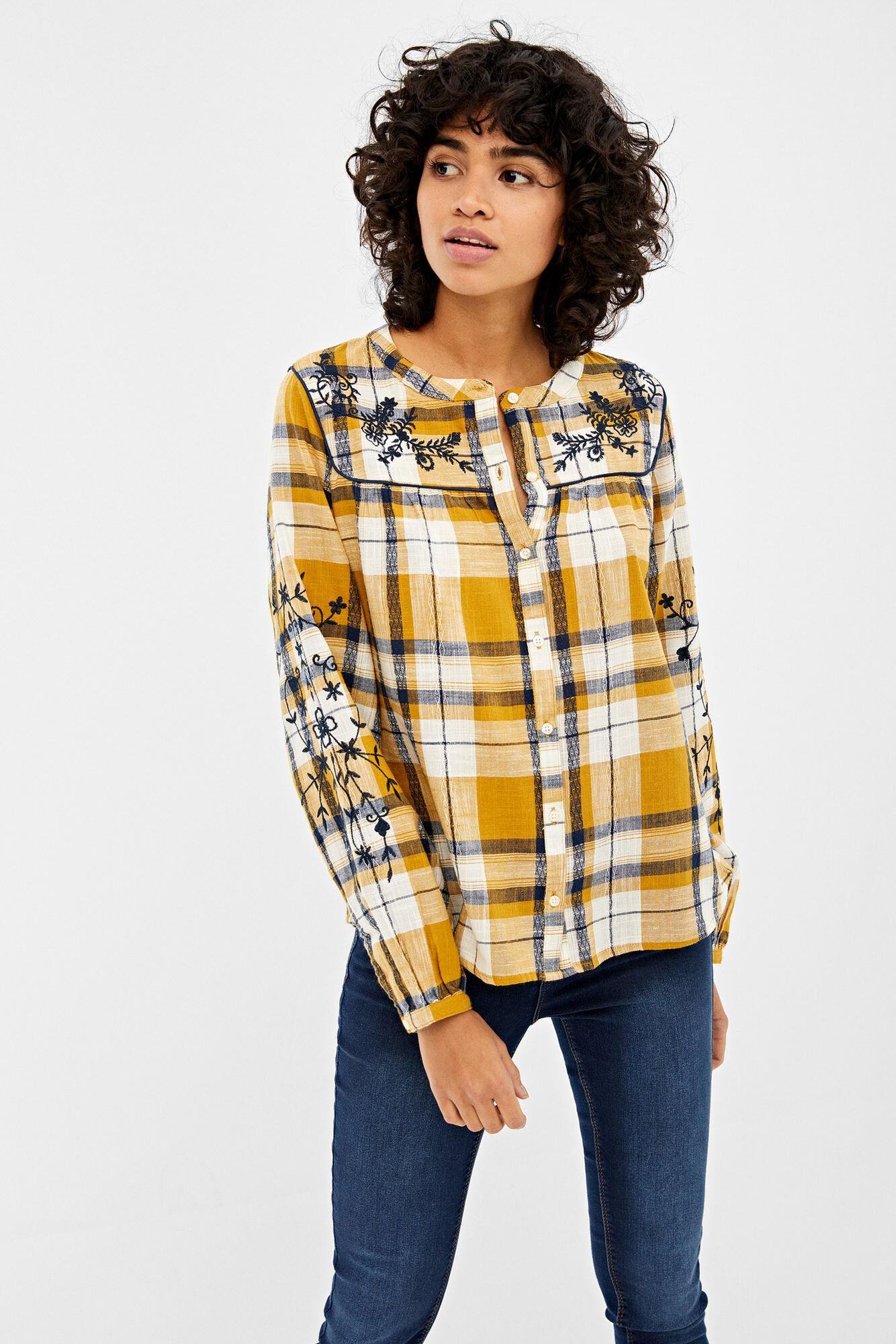Camisa con cuello mao, de manga larga, estampada con cuadros, con detalle de bordado en hombros y mangas.