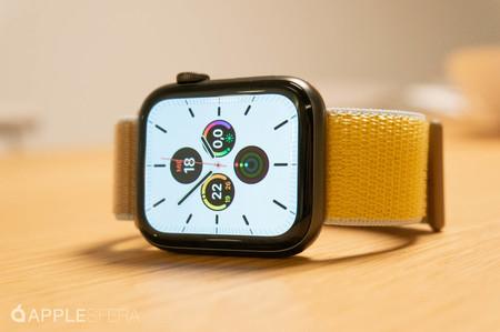 Apple Watch series 5 tumbado en mesa