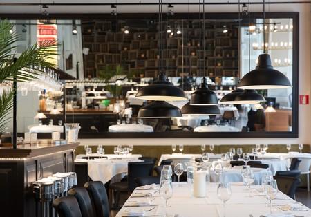 Techos altos y grandes ventanales, elementos clave en la reforma del restaurante Casa Carmen