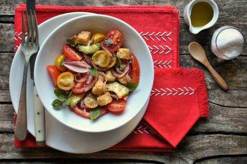 Panzanella o ensalada italiana de tomates cherry, aguacate y pan: receta fácil, rápida y deliciosa