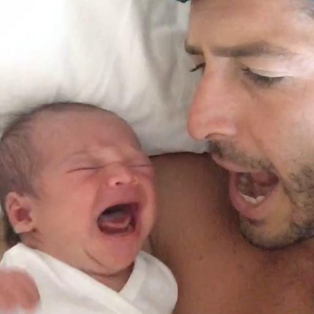 Este padre consigue calmar el llanto de su bebé cantando el mantra OM, ¿lo has probado?