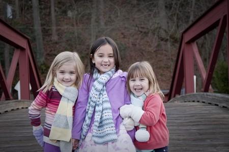 tres hermanas en un puente