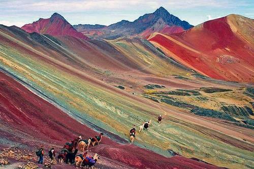 La montaña más colorida del mundo (y la ruta de senderismo del momento)