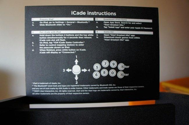 Detalle de las instrucciones en la visera del iCade