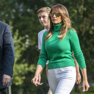Un look de otoño a todo color. Melania Trump se adelanta a la temporada en su última aparición pública, ¿te inspirarás en ella?