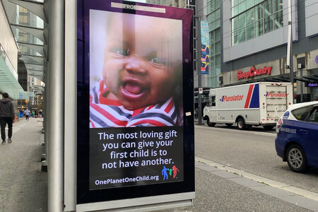"""""""El mejor regalo para tu hijo es no tener otro"""": la campaña medioambiental por un mundo sin hermanos"""