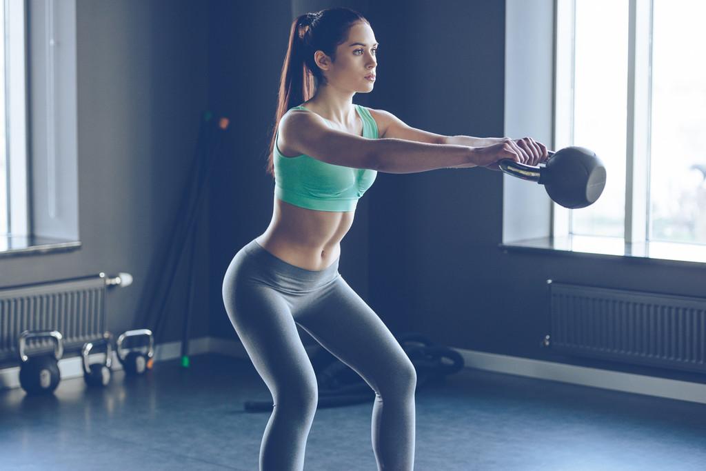 Quien tiene una kettlebell, tiene un tesoro: un entrenamiento con ejercicios que puedes hacer en tu salón
