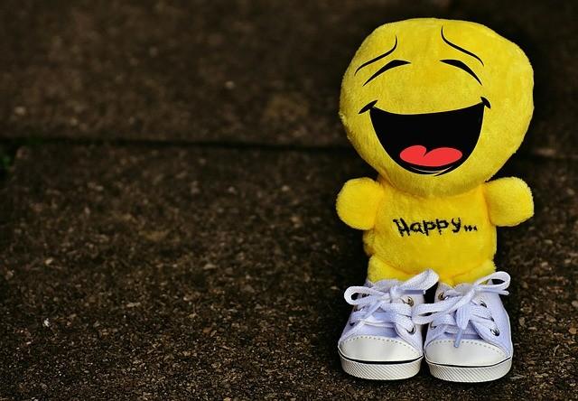 Muñeco amarillo sonríe.