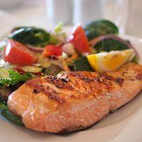 Comer pescado y alimentos ricos en Omega 3 podría ayudar a los niños con asma a respirar mejor