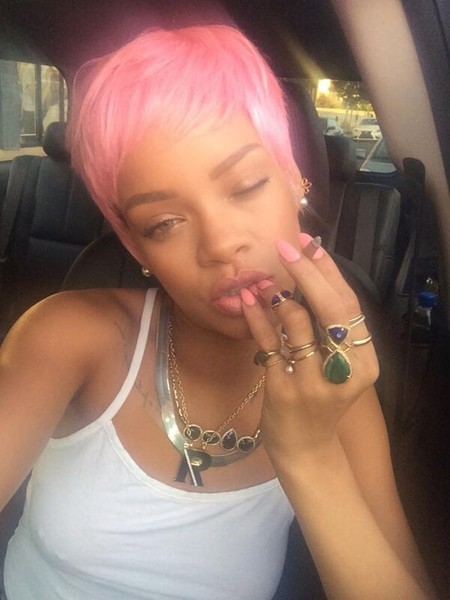 Ya estaba tardando: Rihanna vuelve a cambiar de look