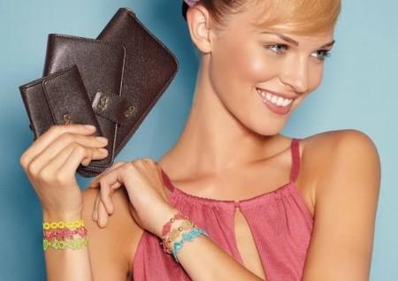 Cruciani no sólo diseña pulseras de macramé, también presenta bolsos la mar de estupendos