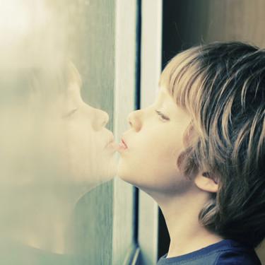 """""""Si ven algo que no entienden, no insulten"""": el padre de un niño con autismo denuncia que sus vecinos lo increparan por salir a la calle"""