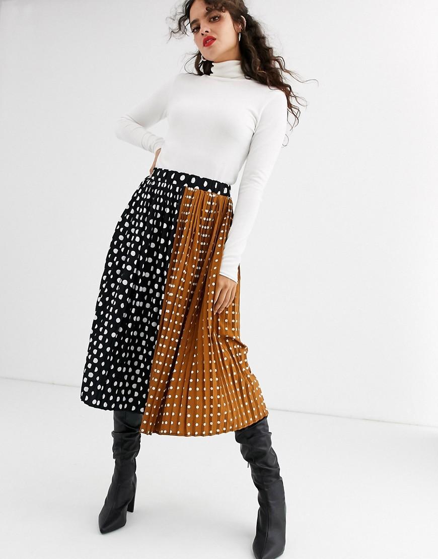 Falda plisada a lunares en contraste.