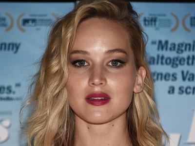 Jennifer Lawrence se viste de novia, aunque no exactamente para ir hacia el altar