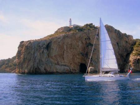 Navegando a vela por el cabo de la Nao y la isla del Descubridor