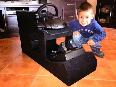 Abel con el cockpit que le fabricó su padre con 4 años