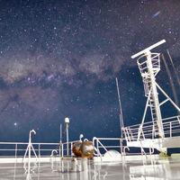 Cómo fotografiar la Vía Láctea y la bioluminiscencia marina desde un barco mercante, por Santiago Olay
