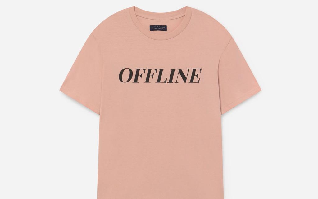 En sus camisetas, Lefties ofrece el mensaje perfecto para quienes se la pasan conectados esta cuarentena
