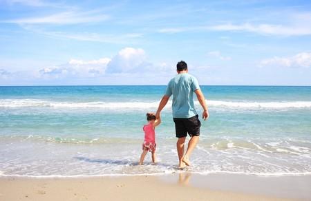Padre e hija en la orilla del mar
