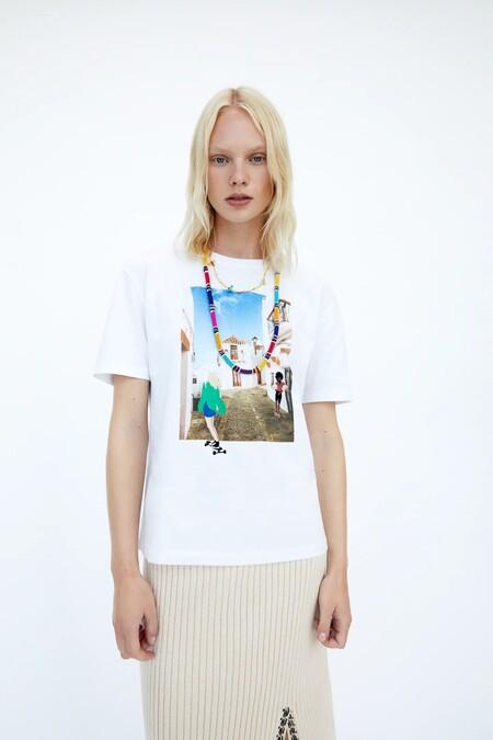 Una camiseta de Vejer de la Frontera (Cádiz), un bolso en forma de oso panda... estas son las novedades más curiosas de Zara