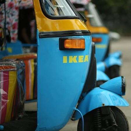 La original y maravillosa flota de rickshaws de IKEA en India, a todo color y con energía solar