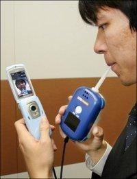 Alcoholímetro como accesorio para el móvil, en Japón