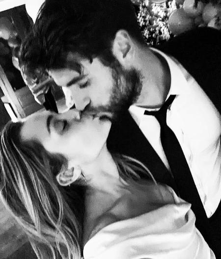 Liam Hemsworth se casó con Miley Cyrus vistiendo impecable y calzando unas zapatillas Vans