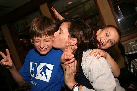 Los celos hacia el hermanito menor pueden ser debidos a que el niño cree perder los afectos de papá y mamá