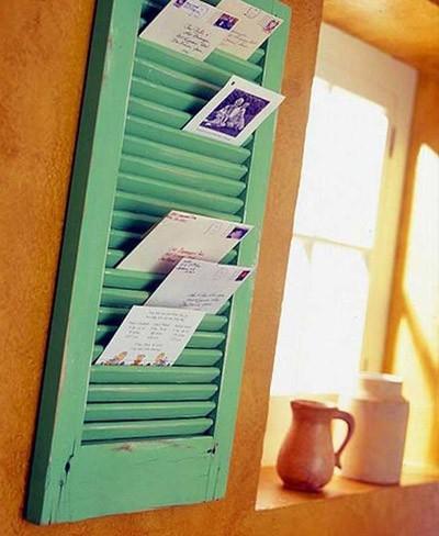 Recicladecoración: una vieja ventana de lamas como soporte para las cartas