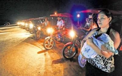 350 motos para iluminar una pista de aterrizaje